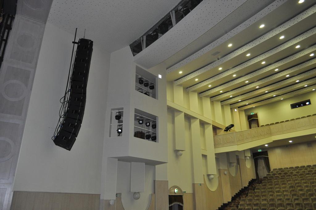 Компактный линейный массив Dynacord COBRA-4 на сцене концертного зала ЦСК