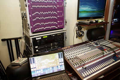 Звуковое оборудование в аппаратной на втором этаже ресторана